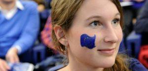 femeie tanara cu steagul UE vopsit pe fata